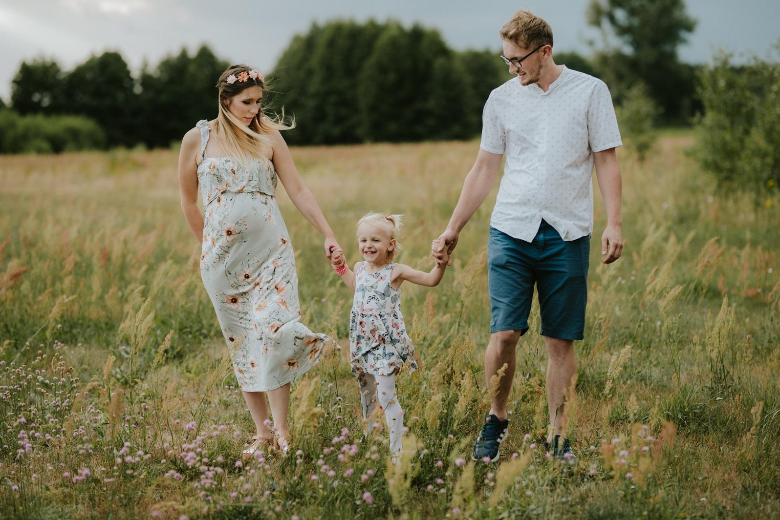 Zdjęcia rodzinne, sesja ciążowa, sukienka w kwiaty, zdjęcia dziecka